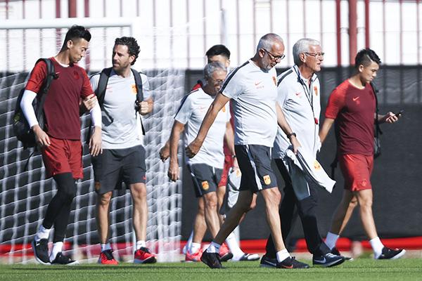 中国男足训练备战。