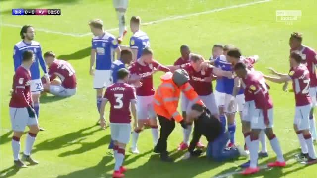 视频-太过分!英冠赛场球迷冲进场偷袭击倒球员