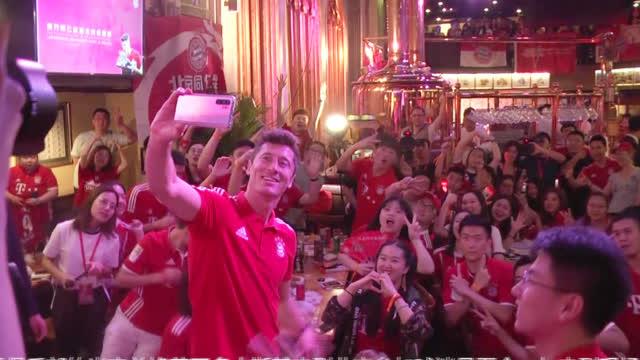 视频-莱万与中国球迷互动:拜仁能在欧冠取得更好成绩
