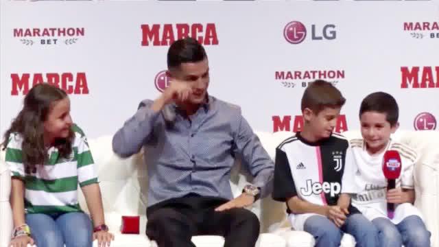 视频-C罗让皇马球迷爆哭:离开我也很难过