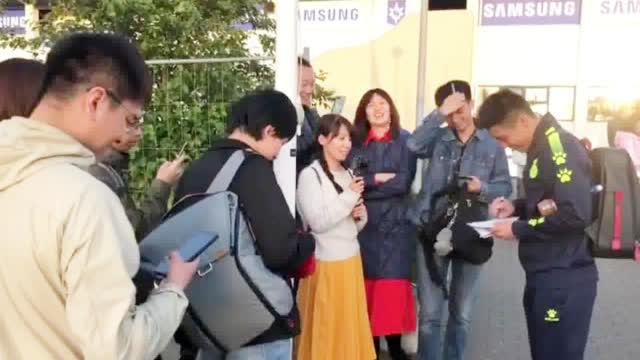 视频-欧联杯赛后武磊耐心的为到场的中国球迷签