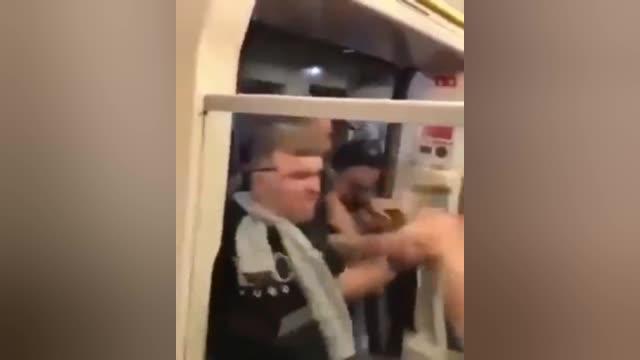 视频-社区盾杯赛前 利物浦曼城球迷地铁火爆群殴