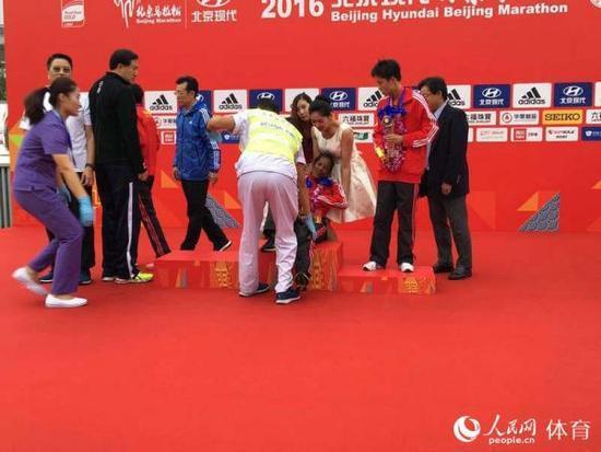 埃塞俄比亚选手比鲁·门迪图因为体力不支晕倒,快速得到救治。