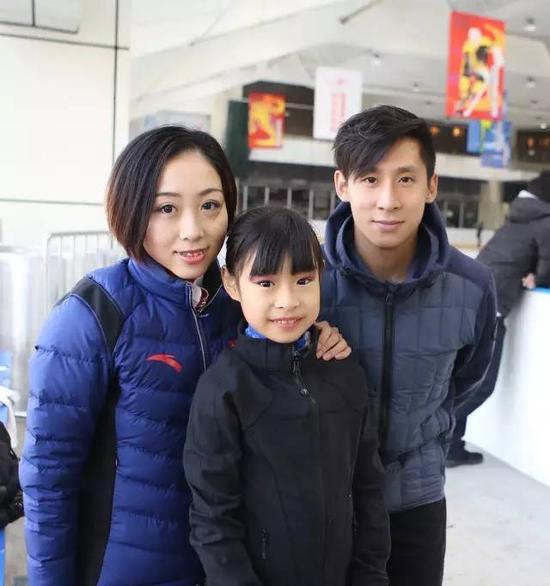 隋文静/韩聪与小选手合影
