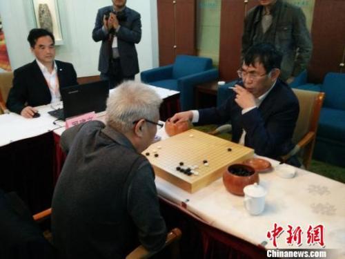 """""""棋圣""""聂卫平正在与前中国围棋协会副主席罗建文对弈。 钟升 摄"""