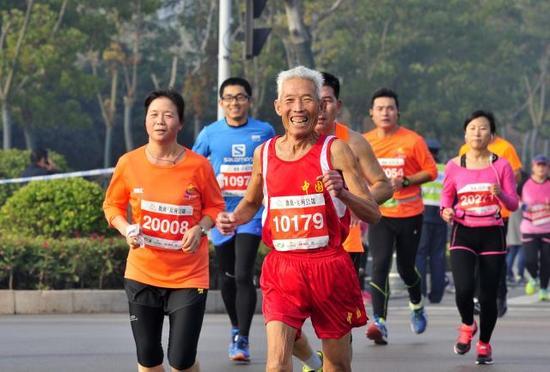 ↑201611月13日,济宁环太白湖半程马拉松赛举行,其中不乏老年跑者↑新华社发(李晖摄)
