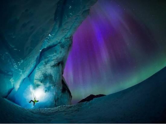攀冰者麦克・司徒阿特(MikeStuart)在贾思帕国度公园内,携着极光攀爬。拍照:PaulZizka