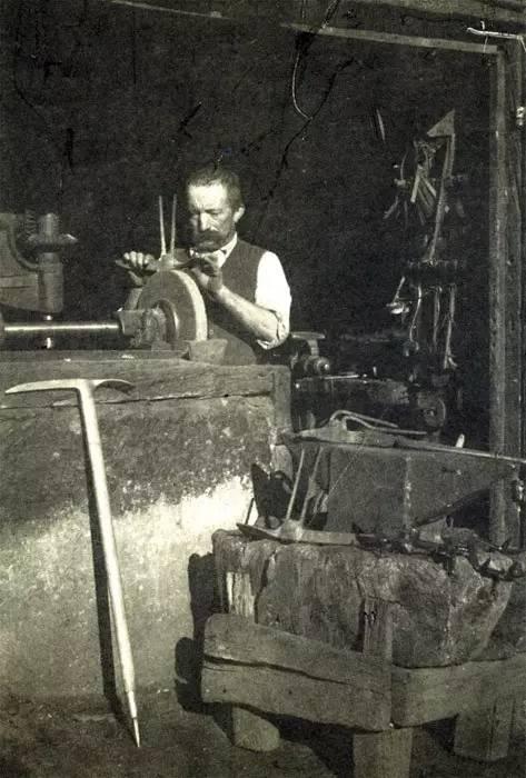 在铁匠铺铸造十齿冰爪的亨利。图像来历:libertymountainclimbing.blogspot.jp