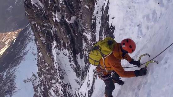北壁攀爬中,在峻峭冰壁高低撤的杰夫。图像来历:vimeo.com
