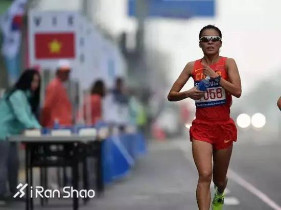 岳超是江苏队的专业选手。她的家乡在沈阳,从小跟随教练来到扬州。