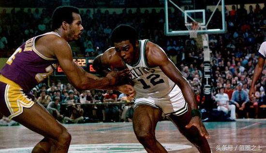克米特-华盛顿(左)在1977年拳击休斯敦球员汤姆-贾诺维奇的面部,被禁赛26场