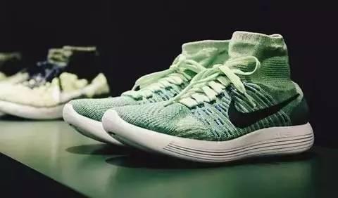 虽然大半码的鞋子跑起来舒服,但是新手跑者更可能会因此让足部磨出水泡或是崴脚。