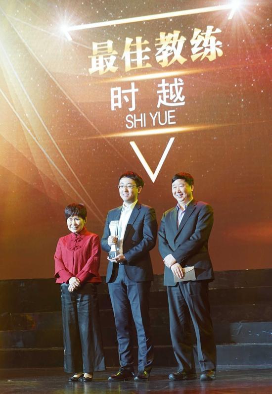 颁奖嘉宾:中国国家围棋队领队华学明七段(左一),中国围棋队总教练俞斌九段(右一)