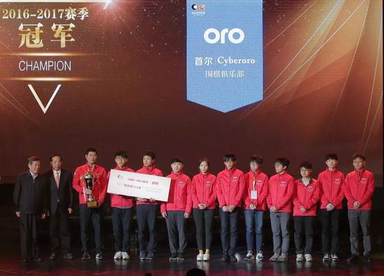 颁奖嘉宾:国家体育总局副局长赵勇(左二),全国政协民族宗教委员会副主任杜鹰(左一)