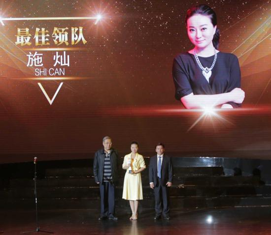 颁奖嘉宾:中国围棋协会副主席林建超将军(左一),广西壮族自治区人民政府副秘书长吴建新(右一)