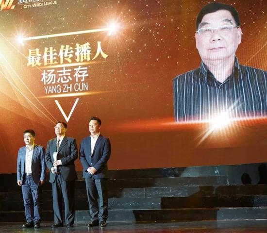 颁奖嘉宾:新华社体育部主任许基仁(左一),中央电视台体育频道竞赛部副主任王平(右一)