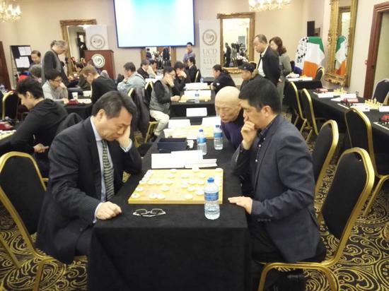 都柏林大学孔院外方院长王黎明(左)和中方院长蔡永强对弈