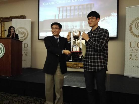 中国驻爱尔兰大使岳晓勇为围棋冠军颁奖