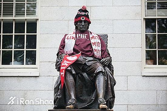 John Harvard的铜像被穿上麻省理工学院的校服,一看就知道是MIT的学生干的