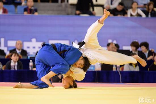 """女子组-52kg级别决赛中,马英楠(蓝衣、辽宁)用投技获得了一个""""有效"""""""