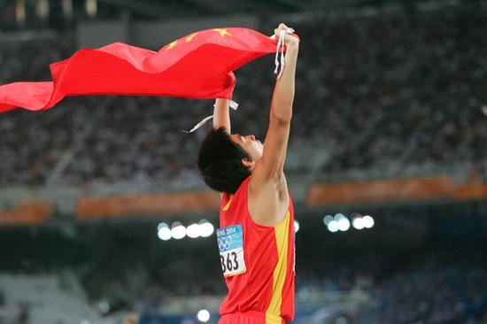 2004年8月28日,2004雅典奥运会男子110米栏决赛,刘翔获得冠军。文内图均来自视觉中国雅典一夜成名后曾想退役