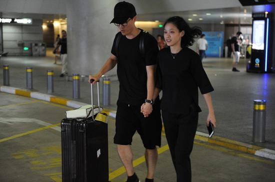 刘翔和妻子吴莎现身机场。