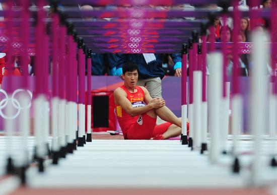 2012年8月7日,刘翔在男子110米栏的比赛中摔倒。
