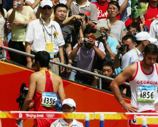 2008年8月18日,国家体育场,北京奥运会田径项目男子110栏预赛,刘翔遗憾因伤退赛。我的奥运完了,也挺好