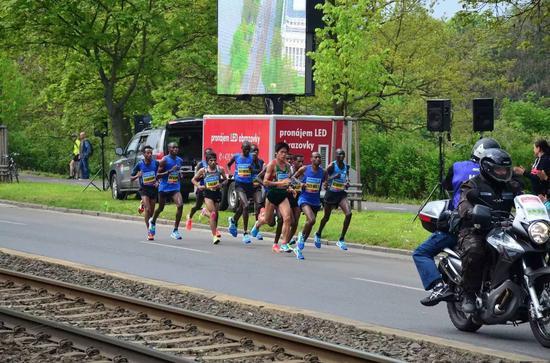 在快跑到1小时40分钟、约32km左右时,川内优辉不小心摔倒,拉开了与领跑集团的差距。