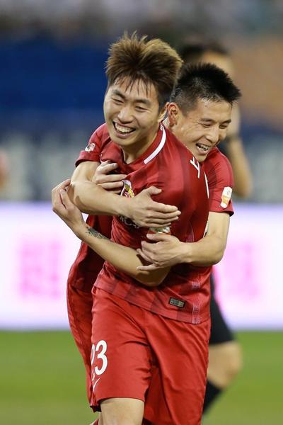 图说:傅欢进球后被武磊抱住庆祝 网络图