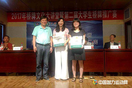 湖北省桥牌协会副秘书长李智刚向学校赠送桥牌用具