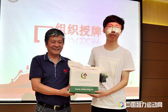 李智刚代表湖北桥协向武汉大学桥牌活动站赠送牌具