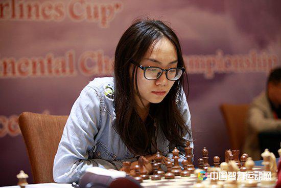 雷挺婕和越南棋手黄氏宝婵进行了一场捉后游戏,进入残局后小雷尽管兵形分散,但位置靠前,双方不得三次重复互交白卷。