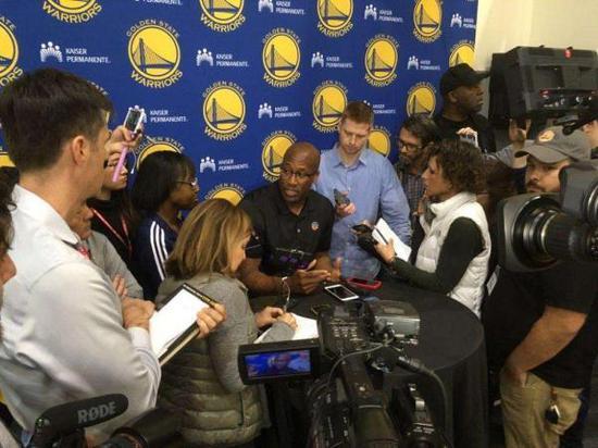 布朗作为代理主帅接受媒体采访。