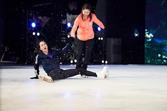 左小青参加《跨界冰雪王》录制时摔倒。