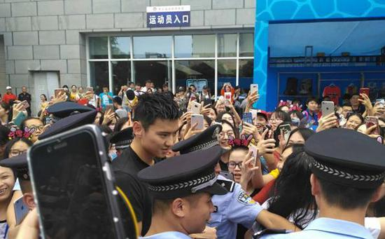 宁泽涛在保安拥簇下离场。