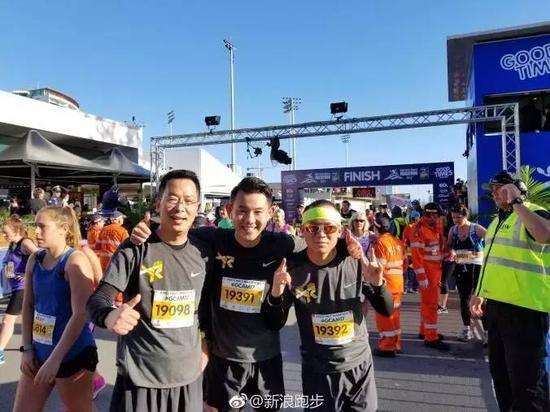 知名主持人李响也参加了半程项目,完赛时间大概为227,一路跑一路拍,很惬意!