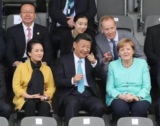 7月5日,国家主席习近平在柏林同德国总理默克尔共同观看中德青少年足球友谊赛。 新华社记者王晔摄