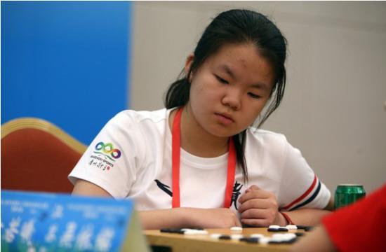 贵州队选手方若曦在群众比赛围棋业余组女子个人赛中思考。新华社发