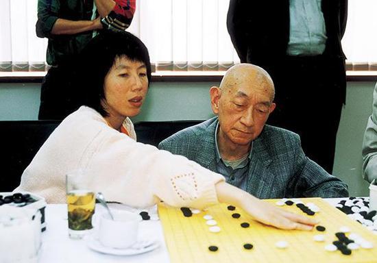 芮乃伟和吴清源大师。视觉中国 资料