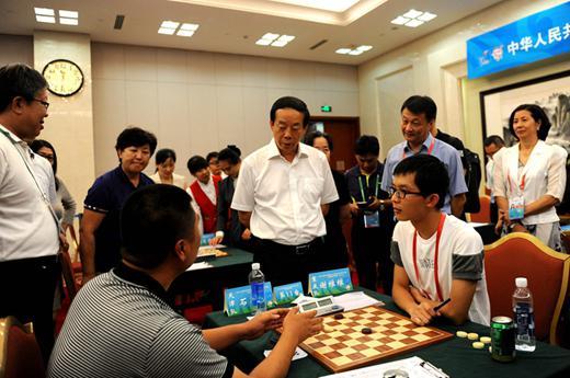天津选手石岳(左)向赵局长介绍国际跳棋开展情况(叶荣光摄)