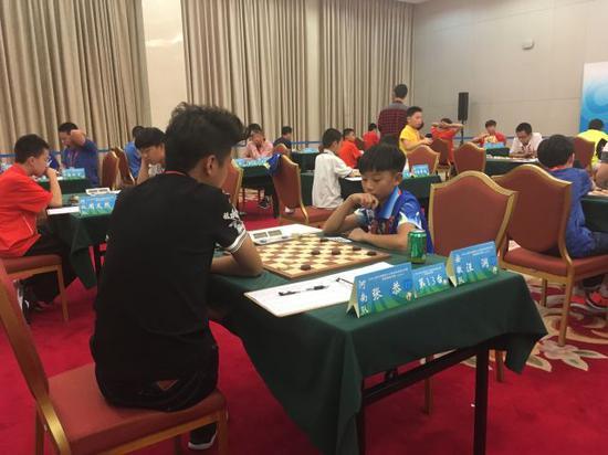 汪润(右)在比赛中