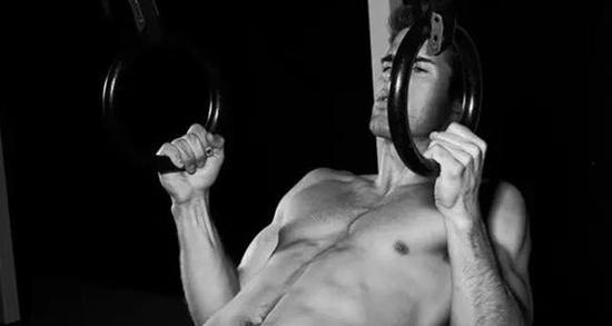 容易:倾斜引体向上,保持后背挺直,将拉环,杠铃或者桌子(任何你可以拉伸的物件)拉至胸前。
