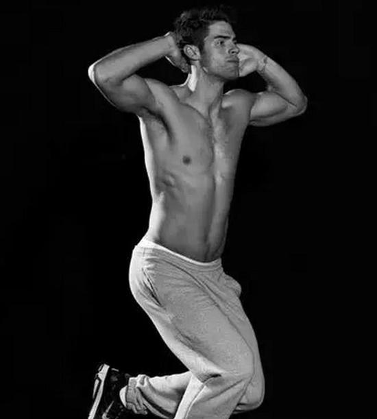 难:一条腿后摆,另一条腿做单腿深蹲。稍稍弯曲膝盖做常规深蹲动作,保持后背挺直,双肩持平。