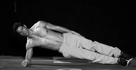 难:侧撑于肘部和前臂,使你的肩胛骨保持下拉和收缩状态,上背形成口袋状。