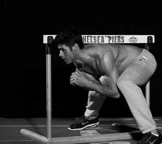 更难:栏下侧压腿。栏下侧压腿着重锻炼核心肌肉群。