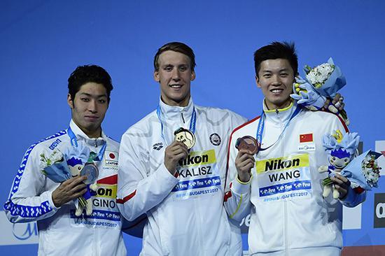 汪顺(右)获得世锦赛200米个人混合泳铜牌。本文图片 视觉中国