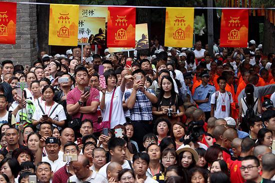 嵩山少林寺常住院举行无遮大会开幕仪式,吸引各地群众前来参加。