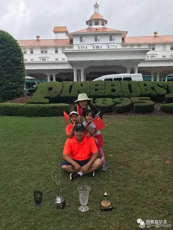 家人共享高尔夫幸福时光