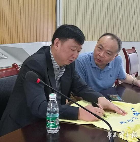 俞斌九段和成都棋院院长蒋全胜谈论四川围棋